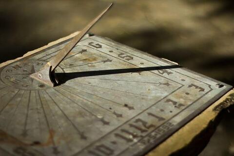 どうして時計の針は右回りなの? ~時計回り=右回りの理由~